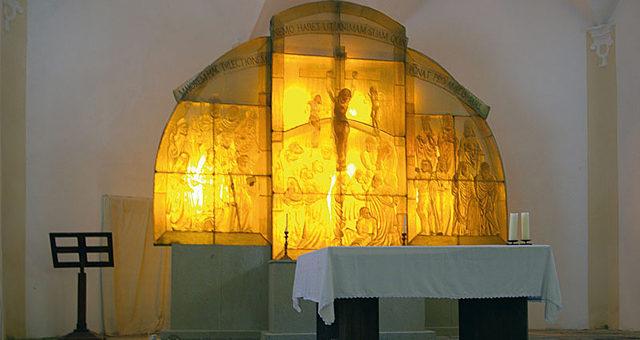 Jediný skleněný oltář na světě je na Šumavě
